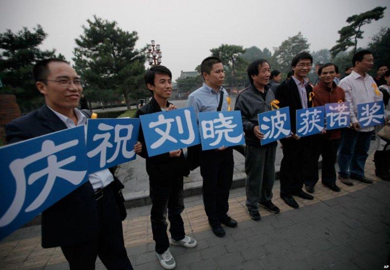 2010年10月8日,正在監牢服刑的《零八憲章》起草人之一、中國民運人士劉曉波獲得諾貝爾和平獎,他的支持者在北京展示標語。(美國之音)