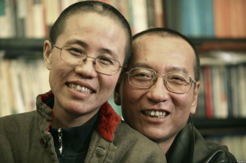 劉曉波的家人2010年10月發佈的照片顯示劉曉波和妻子劉霞。 劉霞表示為丈夫自豪,期望劉曉波能因此早日出獄。(美國之音)