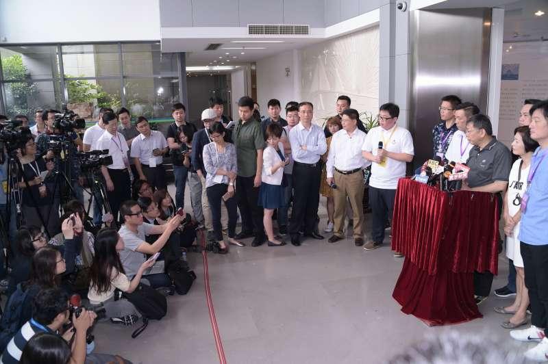 20170703-台北市長柯文哲赴雙城論壇,參訪上海長江隧橋管控中心。(台北市政府提供)