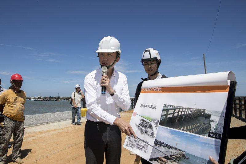 新竹市長林智堅表示,海山漁港全面進行堤上道路修繕及環境改善,要為漁民及遊客打造一條安全的漁業觀光道路。(圖/新竹市政府提供)