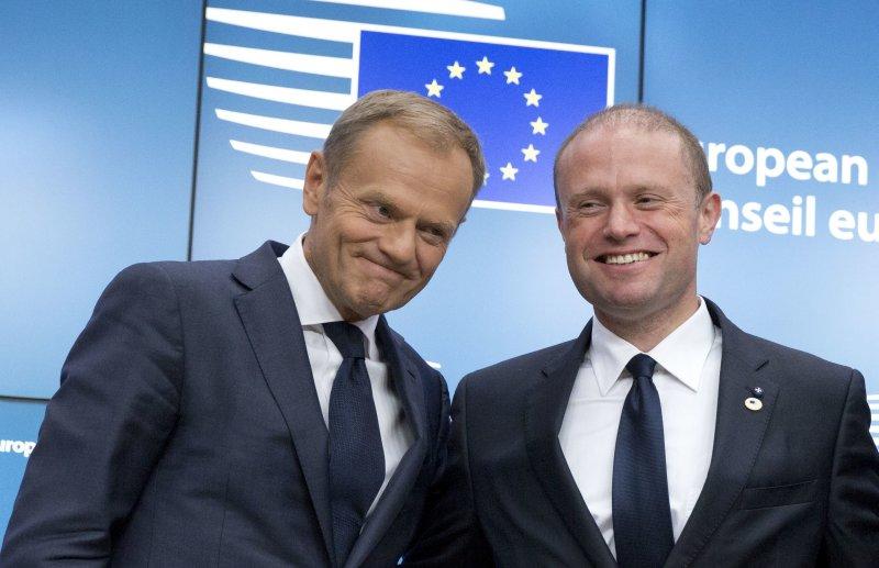 馬爾他總理穆斯卡特(右)日前與歐洲理事會主席圖斯克合影。(美聯社)