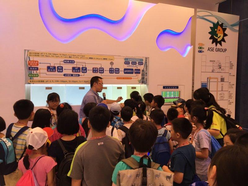 日月光集團高雄廠與佛光山寶華寺共同舉辦「寶華三好兒童夏令營」,吸引 150 名小小工程師體驗。(圖/日月光提供)