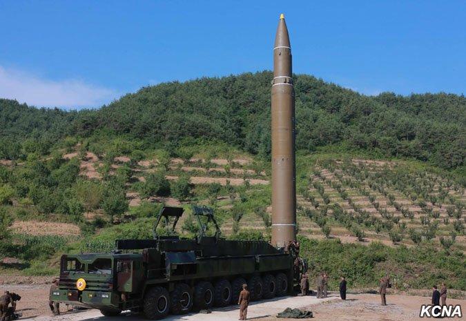 北韓4日在最高領導人金正恩親自指揮之下,試射一枚新型洲際彈道飛彈「火星-14型」。 (朝中社)