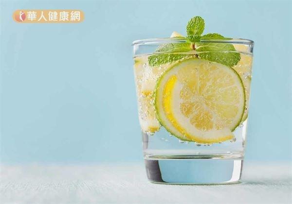 飲用水中適度加上一片檸檬,更能刺激唾液分泌;幫助減少因鼻塞、口乾或口腔內殘餘食物,引起厭氧菌大量滋生,而產生異味。(圖/華人健康網提供)