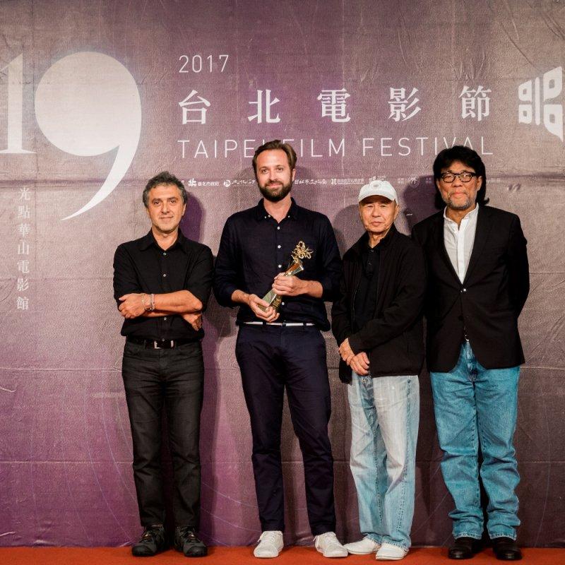 最佳影片《割愛》導演約翰.特倫戈夫(左2)由評審團主席雷哈.艾登(左1)、台北電影節主席李屏賓(右1)及侯孝賢導演(右2)手中拿下獎座。(圖/台北電影節提供)