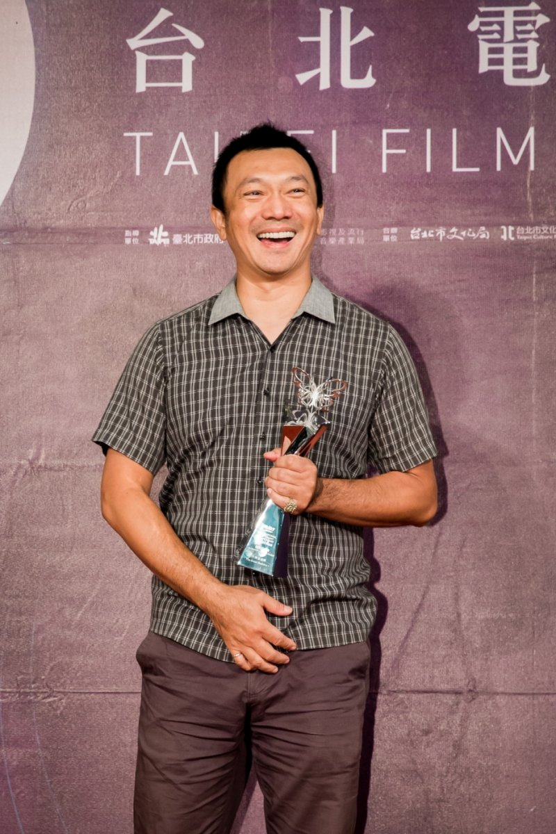黃信堯導演開心接下「觀眾票選獎」。(圖/台北電影節提供)