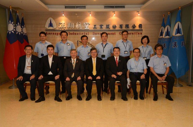 陳建仁參訪航太產業龍頭漢翔公司,肯定逐步引進機械及航太人才。(台中市政府經濟發展局提供)
