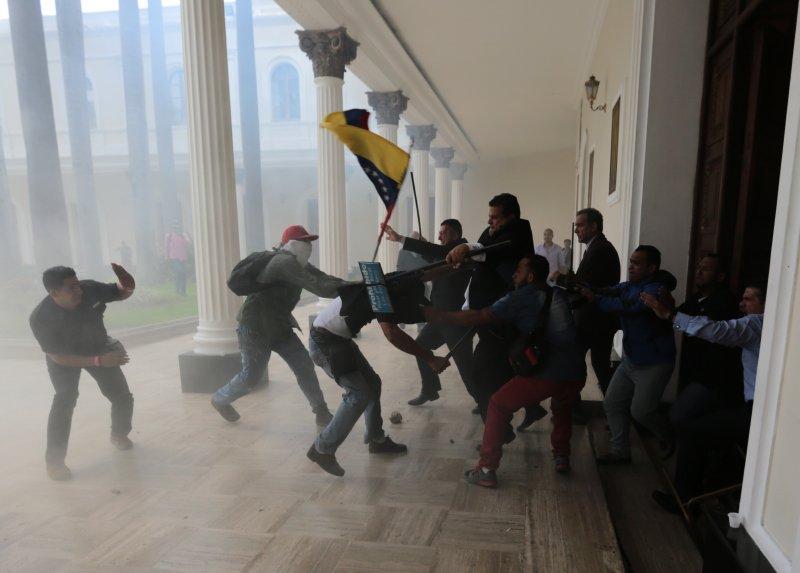 委內瑞拉動亂數月,總統馬杜洛支持者5日衝進國會暴打議員。(美聯社)