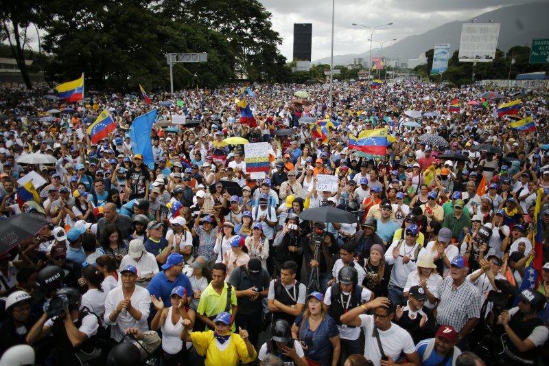 委內瑞拉經濟崩潰一年多,過去三個月街頭每天都出現反政府示威。(美聯社)