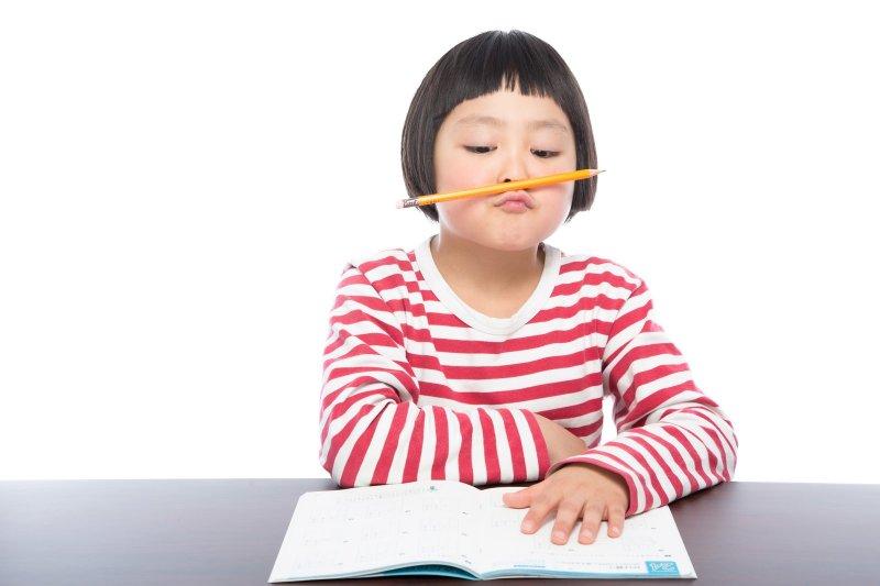 暑假的時刻讓小孩針對接觸過的知識進一步複習。(示意圖非本人/pakutaso)