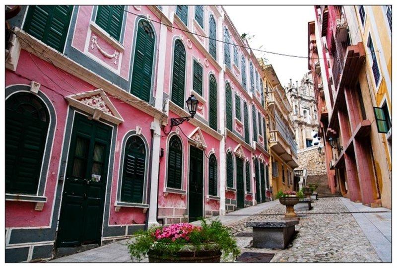 「戀愛巷」第5至11號樓房具有完整和相同的裝飾,以紅色和淺黃色為主。(圖/澳門旅遊局提供)