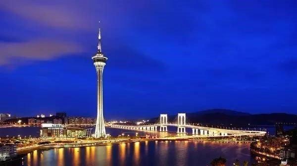 在澳門不論從哪個角度都能看見澳門旅遊塔,白天與夜晚呈現的景致也各具特色。(圖/華映娛樂@youtube)https://www.youtube.com/watch?v=fuMbnYe8qYc