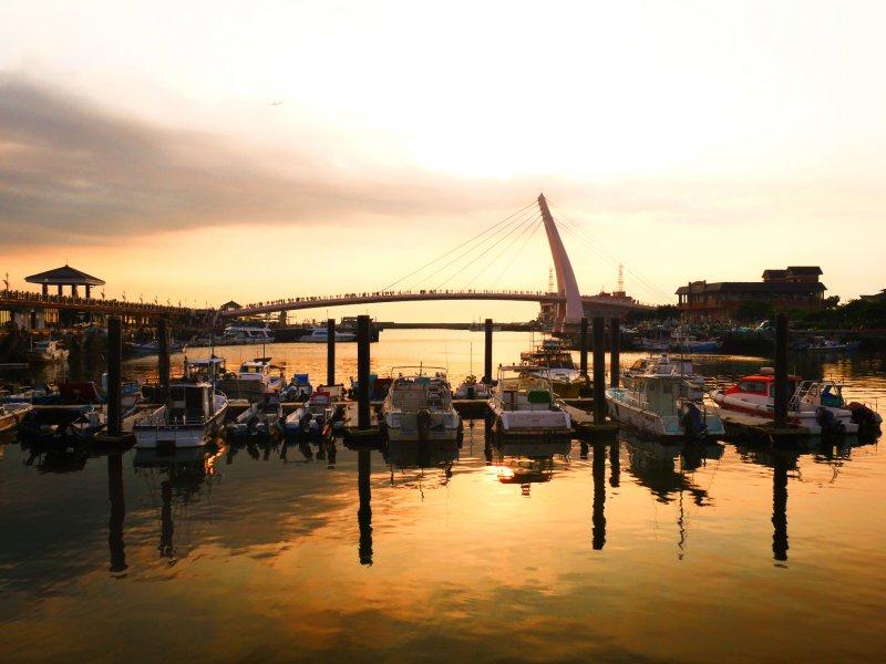 一同漫步「漁人碼頭情人橋」,看有著全台最美稱號的夕陽。(圖/新北市觀旅局提供)
