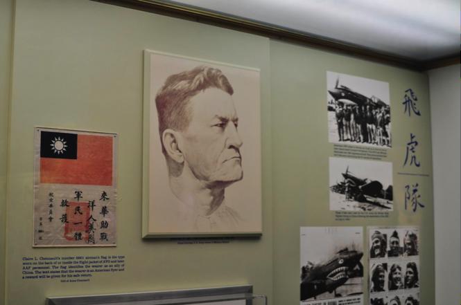 華府國家航空航太博物館一隅,展出陳納德與飛虎隊成員合照。(楊泓霖攝)