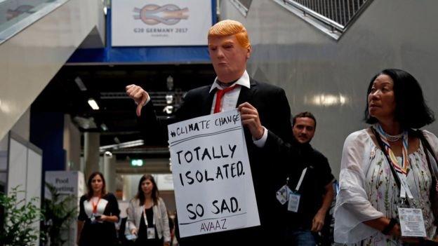 示威者嘲笑川普因氣候變遷問題而遭其他國家孤立。(BBC中文網)