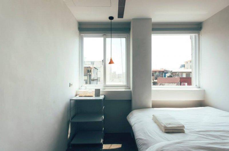 從窗戶透進房間的早晨第一道光,讓南方澳更加令人喜歡。(圖/The New Days@Facebook)