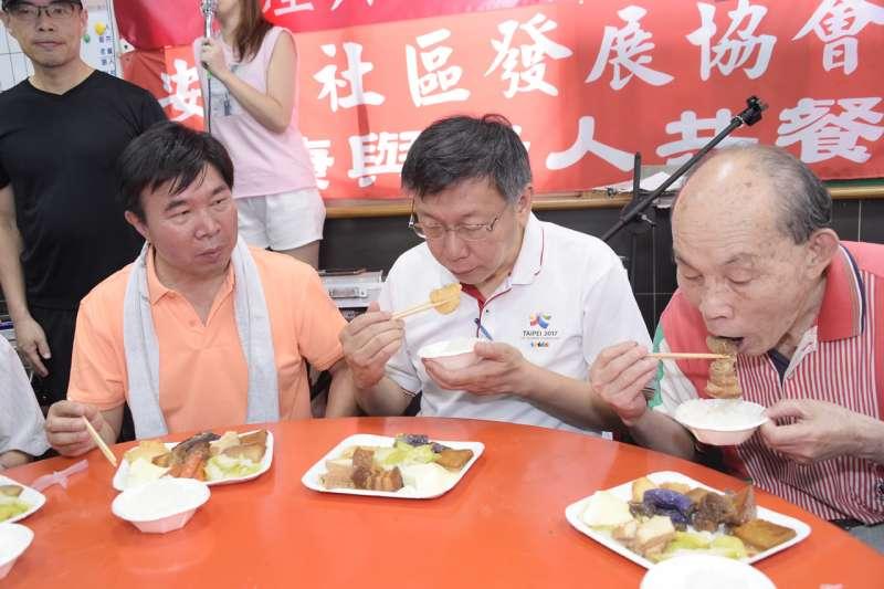 柯文哲10日前往松山區慈雲寺,在張茂楠議員陪同下,與當地長者共餐。(台北市政府提供)