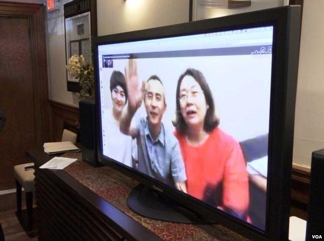 709 律師李和平和兩位709太太通過Skype向大家致意(圖/美國之音蕭雨)
