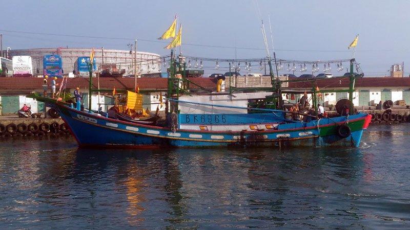 搭載王船的漁船出海遶境鄰近漁港。(圖/張毅攝)
