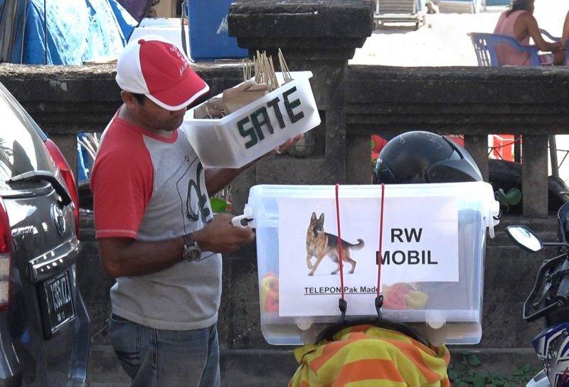 印尼峇里島常有人捕殺犬隻,小販也會販賣狗肉沙嗲串,不知情的遊客恐已下肚。(圖/Animals Australian )