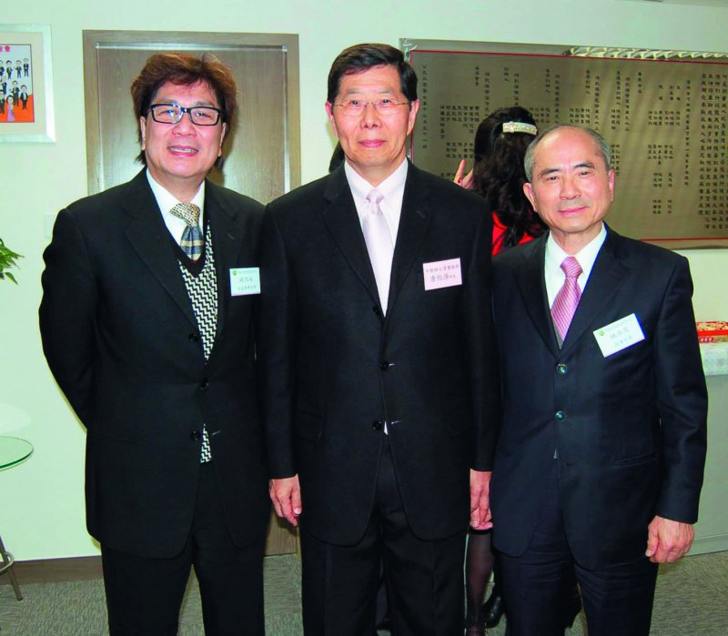 錢立祐(左)與林添茂(右)都熱心公益,也與中聯辦台灣事務部部長唐怡源(中)熟識。(翻攝自港澳台灣慈善基金會臉書)