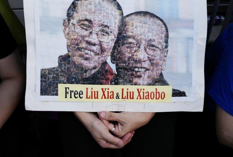 香港民眾聲援遭中共政權囚禁到癌症末期的中國民主人權運動領袖、諾貝爾和平獎得主劉曉波與其妻劉霞。(AP)