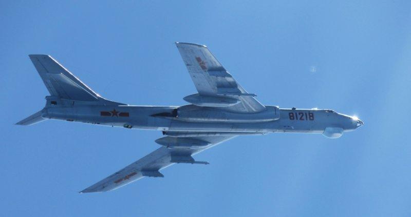 中國空軍「轟-6M」轟炸機飛越宮古海峽(日本防衛省·統合幕僚監部@Wikipedia / CC BY 4.0)