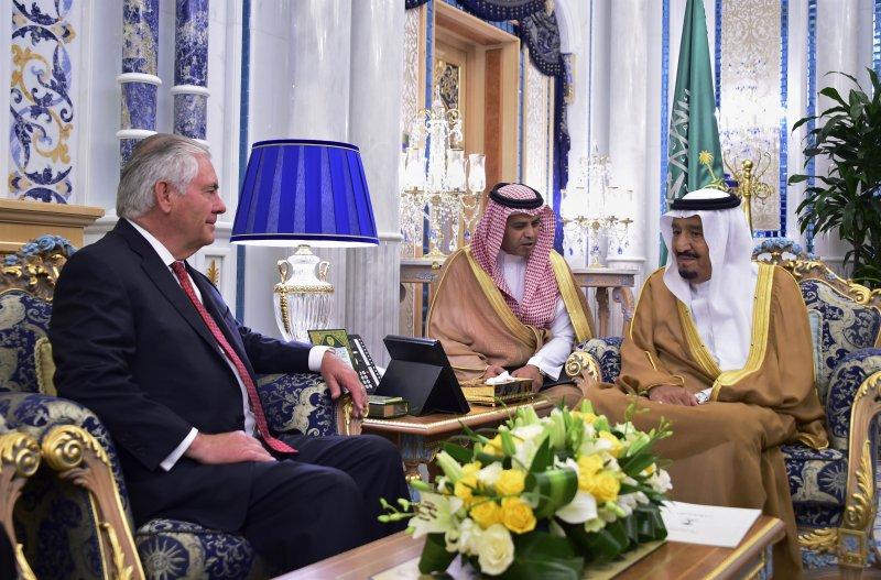 提勒森會見沙烏地阿拉伯國王薩爾曼(最右)與王儲。(美聯社)