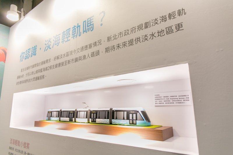 淡海輕軌行武者號列車模型。(新北市政府提供)