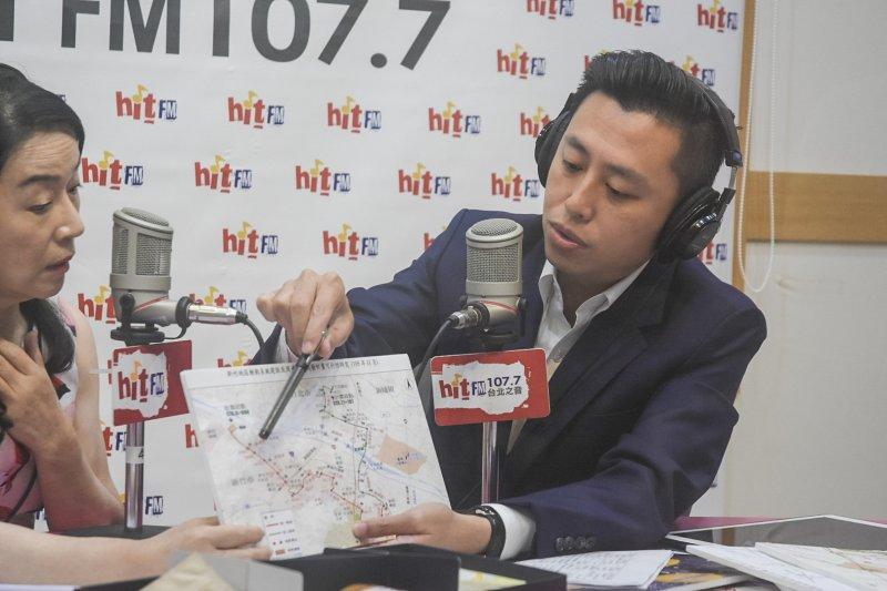 新竹市長林智堅13日北上接受廣播電台訪問,大談新竹輕軌計畫的前瞻與發展性。(圖/新竹市政府提供)