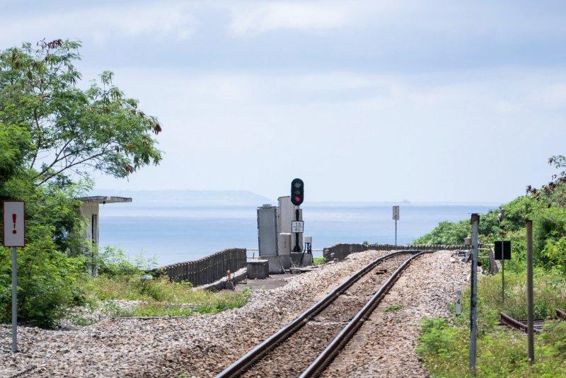 不輸台東多良的濱海鐵路、彷彿日本的海邊鳥居,來到屏東真的不要只去墾丁啊!(圖/billy1125@Flickr)