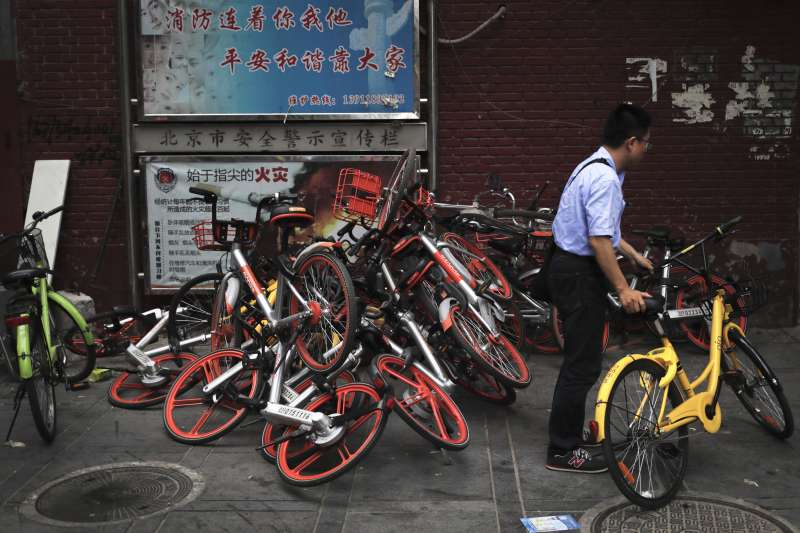 中國共享單車亂停形成亂象。(美聯社)