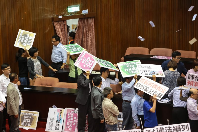 20170714-立法院14日進行前瞻計畫預算報告時,國民兩黨委員一早便於議場內發生推擠拉扯,現場紙鈔水球齊發。(顏麟宇攝)