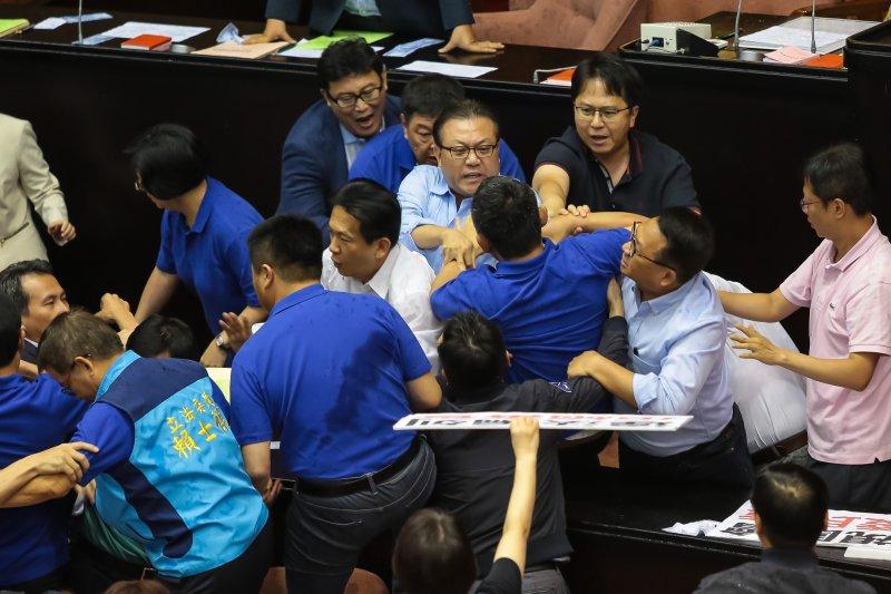 20170714-立法院14日進行前瞻計畫預算報告時,國民兩黨委員一早便於議場內發生推擠拉扯。(顏麟宇攝)
