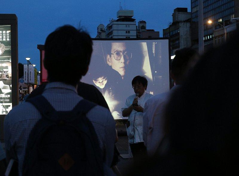 華人民主書院今(14)日於台北自由廣場發起「劉曉波追思會」紀念活動,在活動現場擺放一張空椅子,象徵曾在諾貝爾和平獎缺席的劉曉波,永遠無法再出席。尤美女。(蘇仲泓攝)
