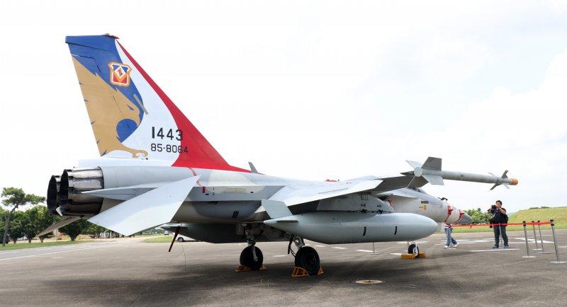 20170714-空軍上午在台中清泉崗基地舉行IDF戰機接機25週年慶祝活動,現場展示來自空軍427、443聯隊的IDF戰機,各有不同的彩繪塗裝。圖為443聯隊的彩色塗裝。(蘇仲泓攝)
