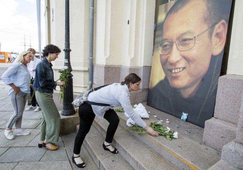 2017年7月13日,中國民主人權運動領袖、諾貝爾和平獎得主劉曉波病逝,挪威民眾在諾貝爾和平中心前獻花致意(AP)