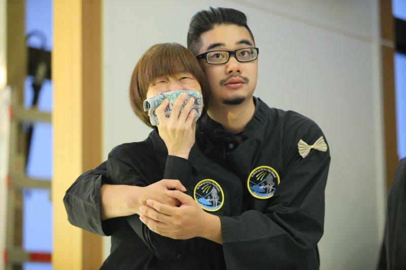 20170714-齊柏林告別式。齊柏林兒子齊廷洹(左二)(台北市攝影記者聯誼會提供)