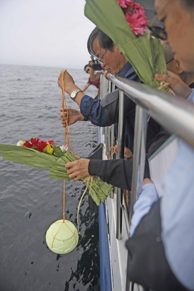 諾貝爾和平獎得主、中國民主人權運動領袖劉曉波的遺體15日清晨火化後,骨灰已於中午撒入大海。(AP)