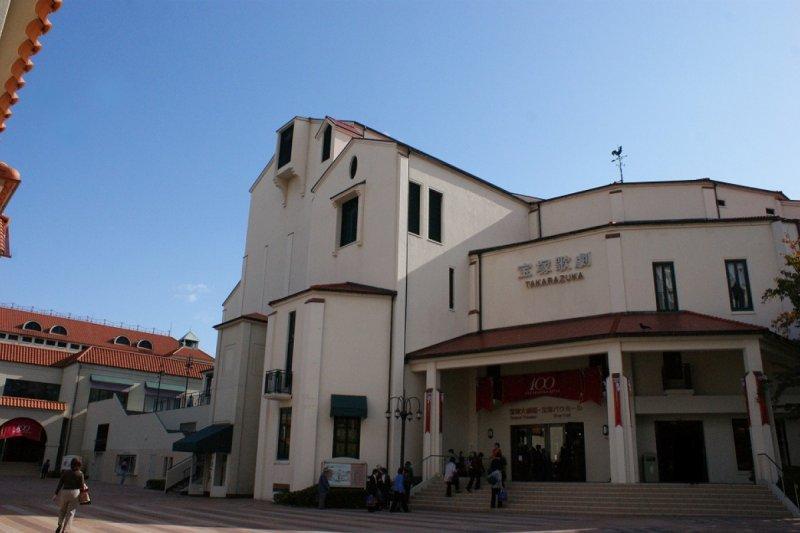 寶塚歌劇團的處女秀是在溫泉上演的(圖/ZEKKEI Japan提供)