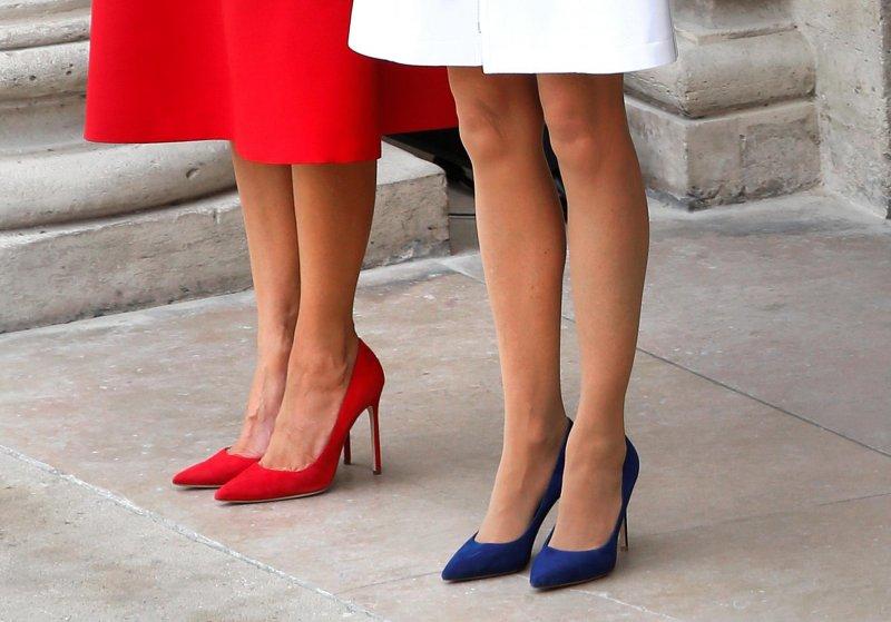 美國第一夫人梅蘭妮亞和法國總統夫人布麗姫特兩人穿衣也很有默契,完全是法國國旗顏色藍白紅的搭配.jpg