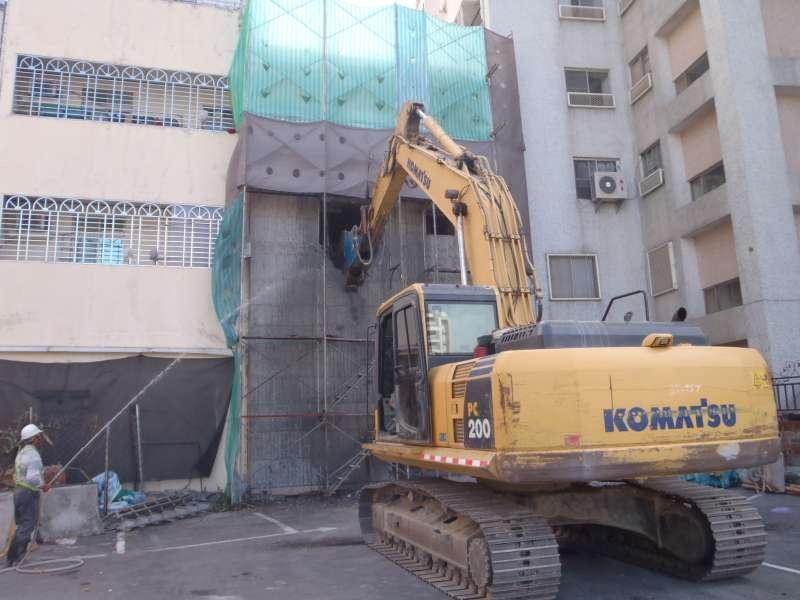 建築物擅自進行「二次施工」,會遭違章建築處理大隊動用重型機械,破壞拆除。(圖/高雄市政府工務局違建處理大隊提供)