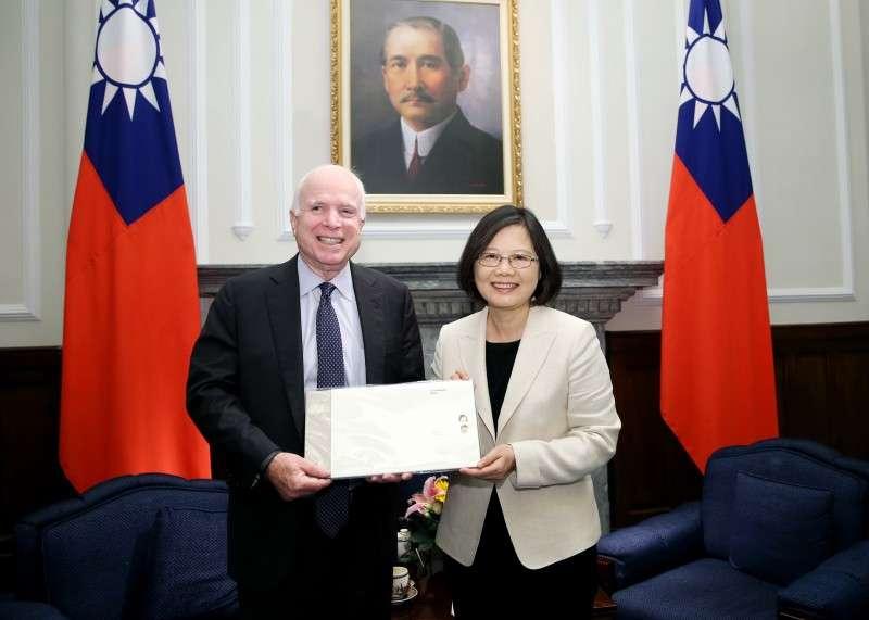 2016年6月5日,蔡英文總統接見美國聯邦參議院軍事委員會馬侃(John McCain)主席訪問團(總統府)