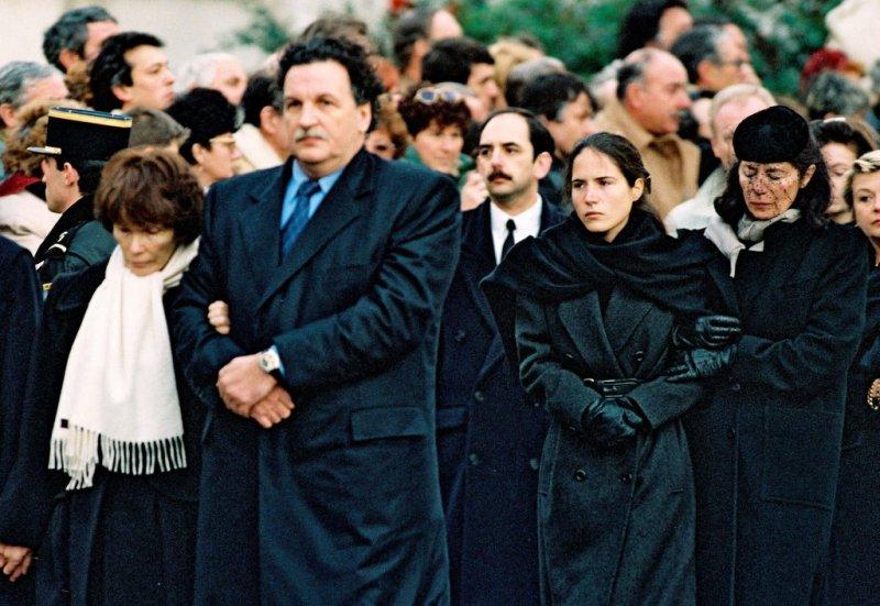在密特朗的葬禮上,從左至右:密特朗夫人丹妮耶勒、長子克里斯托夫、密特朗的地下情人安.潘糾、女兒瑪札琳.JPG