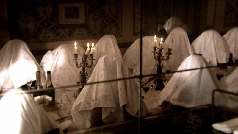 每個人頭蓋白色餐巾來享用圃鵐的樣子,這景象是不是很像什麼邪教儀式?.JPG