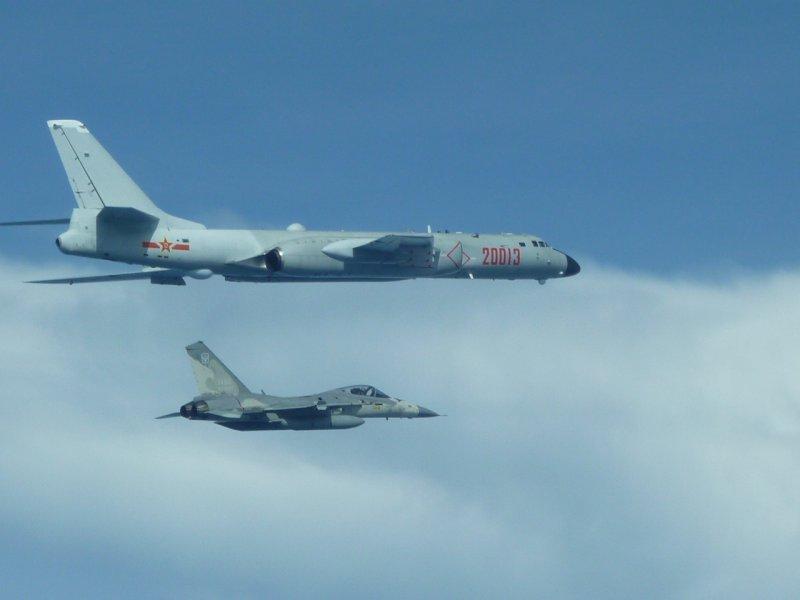 20170721-中國轟六戰機繞台,我經國號戰機近距離伴隨監控。(國防部提供)