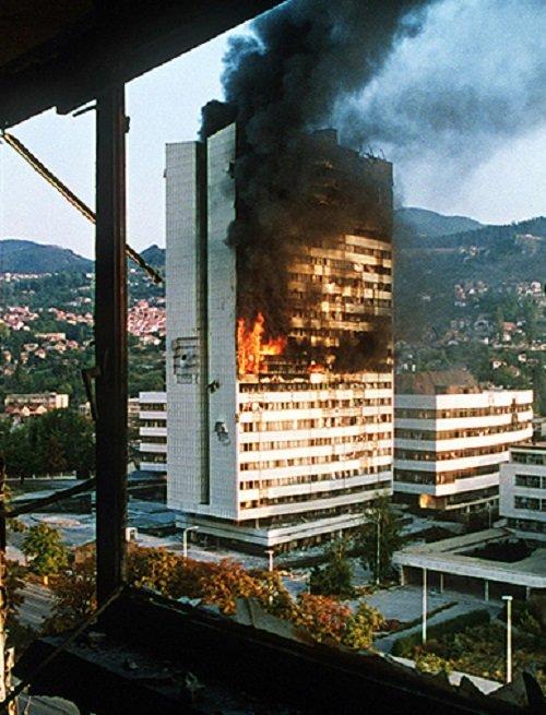 波士尼亞議會遭到坦克砲擊。(Photo by Mikhail Evstafiev/維基百科)