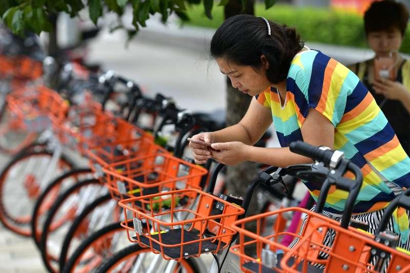 中國共用單車,湖北省宣恩縣市民在摩拜單車投放現場掃描二維碼取車(新華社)