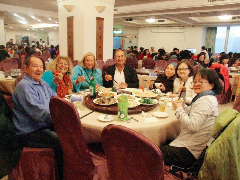 在知名海鮮餐廳宴請外國貴客。(圖/大塊文化提供)