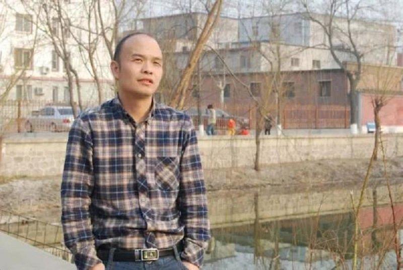 從山裡走出來的袁凌。(取自澎湃新聞網)